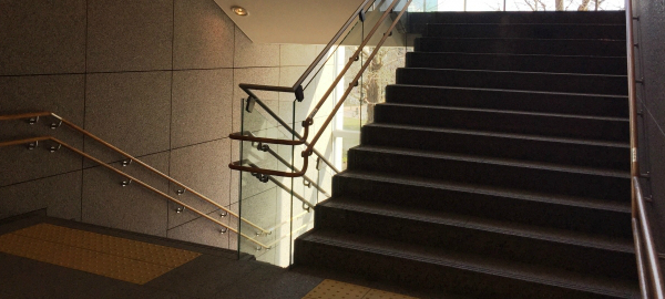 膝痛にはつらい階段の昇り降りの対策は?